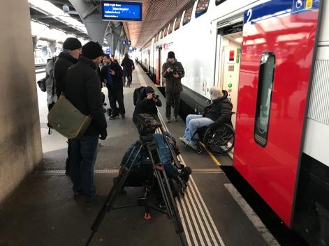 Reisende im Rollstuhl Inszenierung für Medien